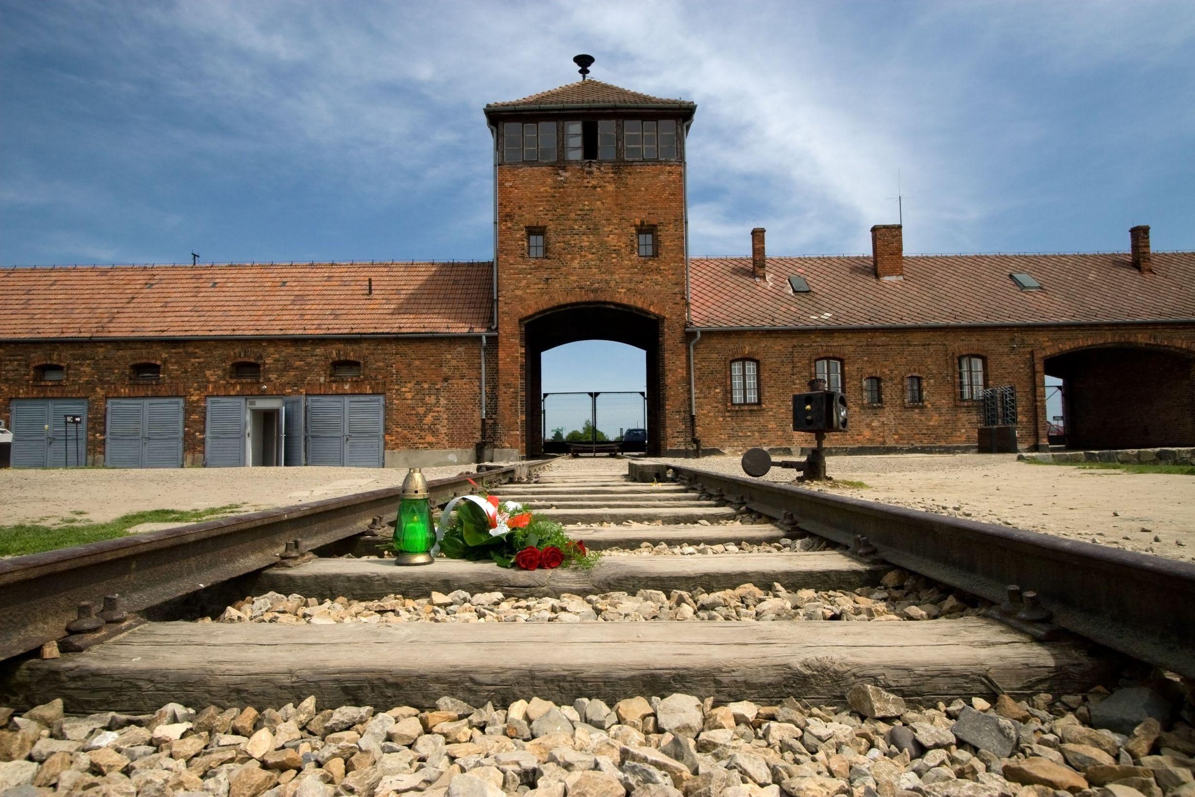 Główne wejście do obozu koncentracyjnego Auschwitz-Birkenau